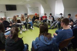 Schülergruppe beim pädagogischen Angebot
