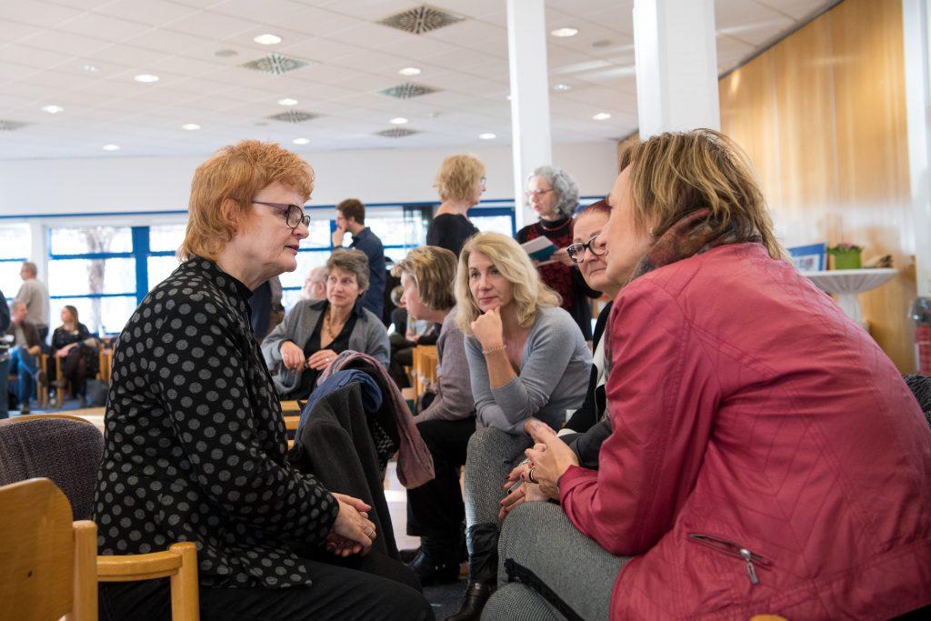 Dr. Maria Nooke im Gespräch mit Teilnehmerinnen der Abschlussveranstaltung Fonds Heimerziehung in der DDR 1949-1990 am 28. November 2018 in Potsdam