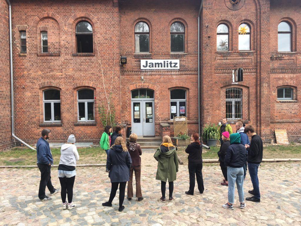 """Teilnehmer der Fortbild """"Geschichte vor Ort 2018 vor dem ehemaligen Bahnhofsgebäude in Jamlitz - heute Delbrück-Haus"""